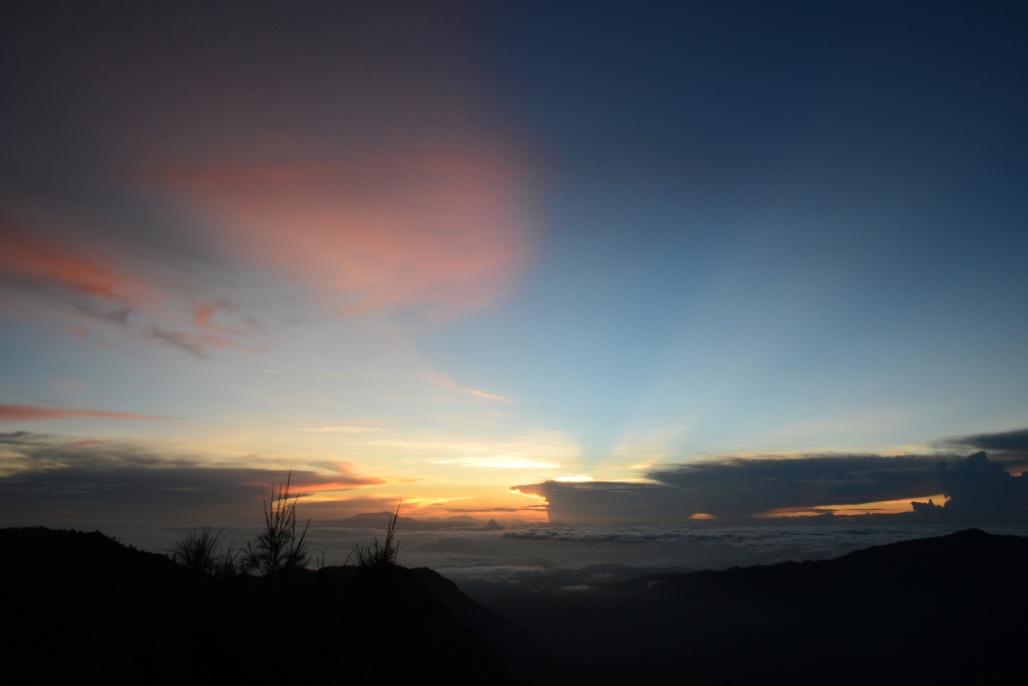 The 5am-sun peeking through the clouds凌晨5时,天微微亮。