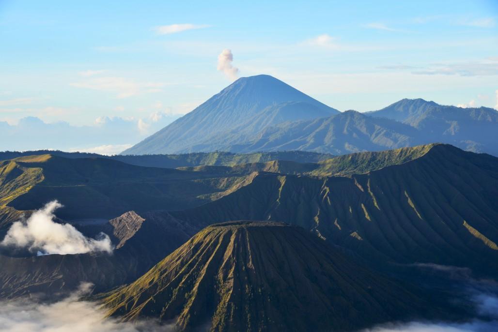 Smoking Semeru火山烟袅袅的塞梅鲁火山