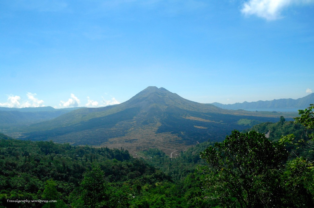 Mt Agung - an active volcano in Eastern Bali 被当地人视为圣山的阿贡活火山